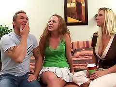 traks pornstar leighlani sarkanā uzbudina mazi pupi, blondi porno klipu