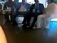 spagnolo maturo ubriaco a ballare senza mutandine