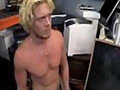 सेक्सी कॉलेज लड़कों के छात्रावास के कमरे में milk darek xxx कहानियाँ मांसपेशियों surfer दोस्त