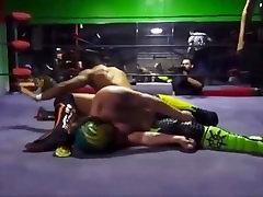 жеребец рикошет принимает избиение, но, наконец, вершины 1ere video 2 в этом про борьбу