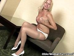 American milf Payton Leigh finger fucks her mature pussy