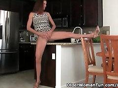 American milf Sofie spreads her nyloned legs