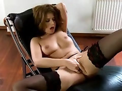 kristīne en dessous chics se caresse et se masturbe