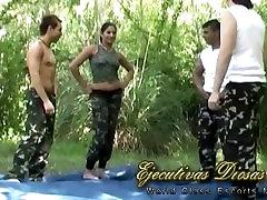 Los soldados entrenan defensa personal con doble penetracion threesome