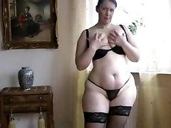 Женщина 40 лет в чёрных чулках
