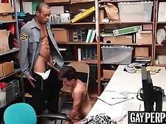 युवा अपराधी पर अधिकारियों बड़ा काला लंड