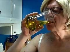 ulakas gigi - suitsetamine valge rinnahoidja ja aluspüksid