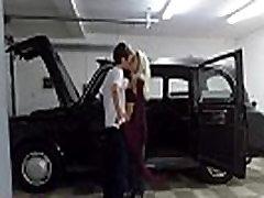 ženski ponaredek taxi mehanik daje pohoten vroče blond polno spolno storitev