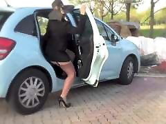 dojrzałe kobiety w zbyt krótkiej spódniczce wystawia tyłek !