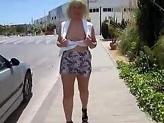 सुनहरे बालों वाली milf with huge breasts सड़क फ्लैश