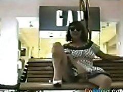 żona stara się migający cipki w miejscu publicznym na ławce