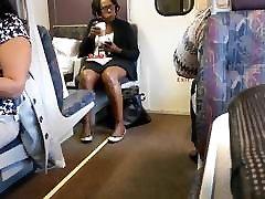 ebony milf pruun läikiv jalad rongis