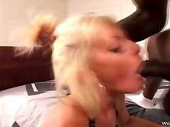 blonde milf fucks viņas draugs, bbc