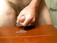 moden mann cums på bordet