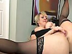 American milf Dee Williams fingers her hungry pussy