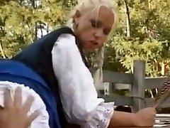 हंगरी का निवासी सुनहरे बाल वाली बड़े saggy स्तन और गधे खलिहान