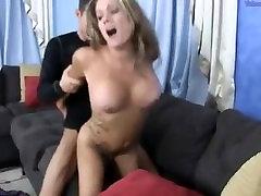 الفتاة القوات الساخنة وقحة الأم أن يمارس الجنس عدة مرات