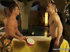 Mees courte video massaaž