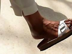 čevelj & stopala fetiš - črna milf bingljati sandali