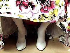 bele nogavice rdeče čipke hlačke