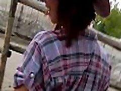 prijetno dekle chocks na bulging gredi med pickup