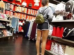 iskrene voyeur teen v kratke telovadne hlače, tople noge nakupovanje