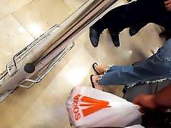 tüdruk, kellel on suur pikk feets prantsuse pedicured pikad varbad
