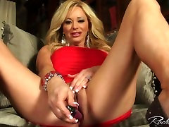 blond milf levib tema jalad ja näitab tema tuss raseeritud ja enemals sex clit