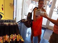 Candid voyeur desconocida tocando mi verga shopping in spandex shorts hot