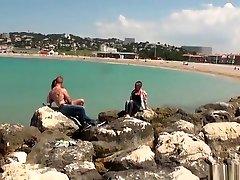 Fist amateur gf spanking bien douloureuse au bord de la mer pour cette petite salope, avant une bonne baise torride sur un fauteuil.
