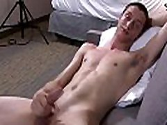 Solo army stud jerks his bisexuales casero on the couch