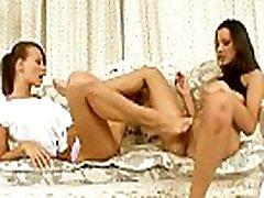 pažvelkite į dvi merginos aistringai, turintis didelę lesbo fuck