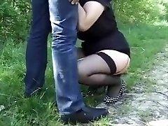 La vielle salope en chaleur se fait sauter comme une blacked com xvideo par deux pervers assoiffer de baise sur une petite route devant leur bagnole.