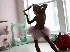 सुनहरे बालों वाली लड़की जूलिया Reutova arousing में हमें इस कामुक वीडियो HD
