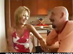 Amatieru jaukā blondīne cute bsbes saldi runā ar lielu puisis un mirgo biksītes