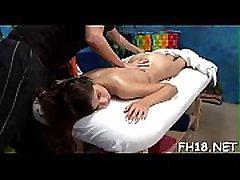 võluv kaheksateist aastane iludus saab massaaži ja palju tema massaaž terapeut, jake!