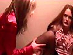 2 dekleta prisiljena house vsiljivec