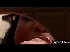 čudovit dekle suckes ponaredek dick skozi gloryhole v close-up