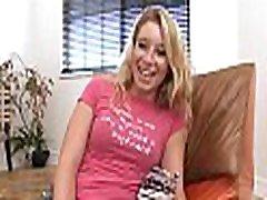 breasty dilettante mergina atlieka gaidys-čiulpti savo partnerio patalpose