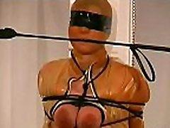 महिला के साथ खड़ा है उसे स्तन के साथ fastened में दृश्य