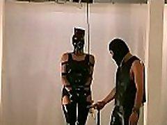 scènes fétichistes perverties avec la femme dépouillée étant rudement stimulé