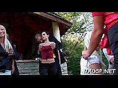 heta och kåta sexiga tjejer njuter av fuktig njutning i gruppsex scen