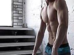 goli moški bodybuilder kaže svojo veliko velik kurac po naporni vadbi