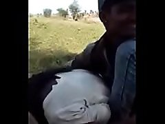 indijski dekle prisiljeni poljub v parku s svojega ljubimca