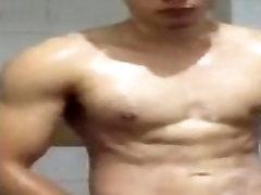 joven y guapo asiático en ducha caliente y corrida