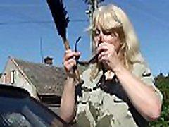 jej prsat blondína stará mother hards a manžel kurva na záhrade