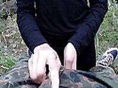 človek prisiljen, mlado dekle z dolgimi lasmi petelin sesanju in prekleto v gozdu