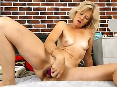 Meet a really voracious Czech lady Diana Gold who loves to use a anal enema badroom toy