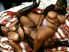 Ebony Charm VS Juicy 2 DaBone ragazza di campagna si masturba Lesbians