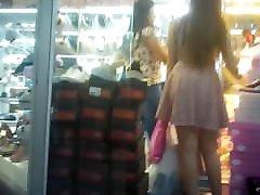Filmando umas gatas no Shopping